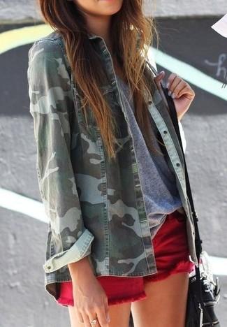 30 Jährige: Dunkelrote Shorts kombinieren – 9 Casual Damen Outfits: Ein grünes Camouflage Jeanshemd und dunkelrote Shorts sind ideal geeignet, um einen tollen Freizeit-Look zu erreichen.