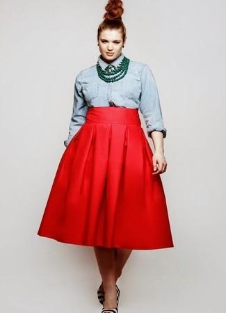 Weiße und schwarze horizontal gestreifte Pumps aus Kalbshaar kombinieren – 1 Damen Outfits: Tragen Sie ein hellblaues Jeanshemd zu einem roten ausgestelltem Rock, um ein stylisches Freizeit-Outfit zu kreieren. Weiße und schwarze horizontal gestreifte Pumps aus Kalbshaar sind eine kluge Wahl, um dieses Outfit zu vervollständigen.