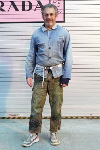 Wie kombinieren: hellblaues Jeanshemd, olivgrüne Camouflage Cargohose, hellbeige Sportschuhe, weiße Segeltuch Bauchtasche