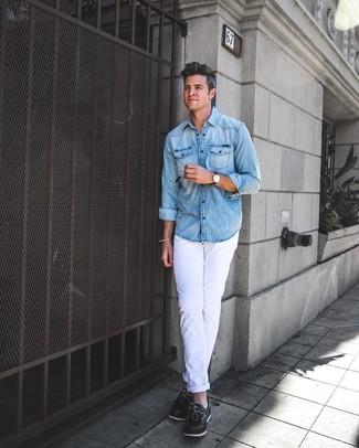 Wie kombinieren: hellblaues Jeanshemd, weiße Chinohose, schwarze Leder Bootsschuhe, dunkelbraune Lederuhr