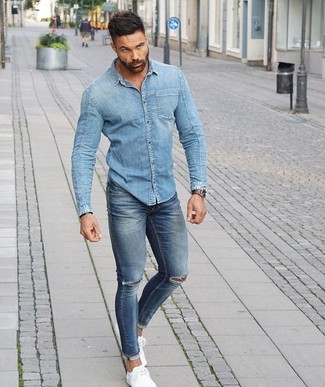 Wie kombinieren  hellblaues Jeanshemd, blaue enge Jeans mit  Destroyed-Effekten, weiße niedrige 412ab00222