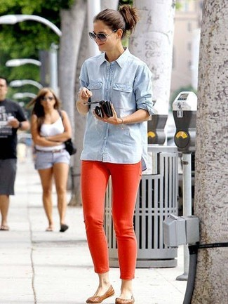 Rote hose graues t shirt