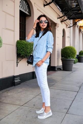 Silberne Slip-On Sneakers aus Leder kombinieren – 10 Damen Outfits: Um einen legeren Look zu schaffen, vereinigen Sie ein hellblaues Jeanshemd mit weißen engen Jeans. Fühlen Sie sich ideenreich? Komplettieren Sie Ihr Outfit mit silbernen Slip-On Sneakers aus Leder.