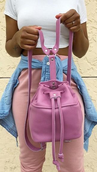 Wie kombinieren: hellblaues Jeanshemd, weißes kurzes Oberteil, rosa Jogginghose, fuchsia Leder Beuteltasche