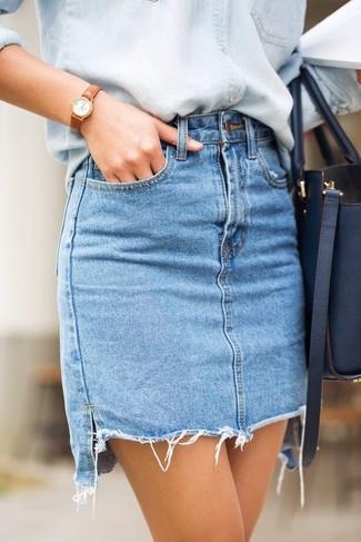 Wie kombinieren: hellblaues Jeanshemd, hellblauer Jeans Minirock, dunkelblaue Shopper Tasche aus Leder, beige Leder Uhr