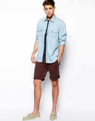 Wie kombinieren: hellblaues Jeanshemd, dunkelblaues T-Shirt mit einem Rundhalsausschnitt, dunkelrote Shorts, hellbeige Leder Bootsschuhe