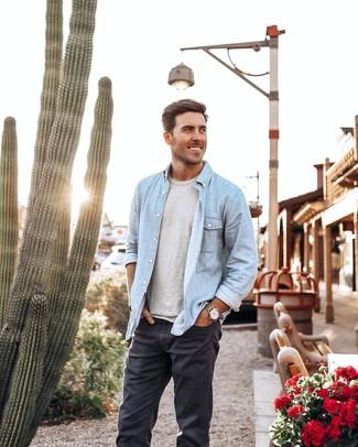 Wie kombinieren: hellblaues Jeanshemd, graues T-Shirt mit einem Rundhalsausschnitt, dunkelgraue Jeans, beige Lederuhr