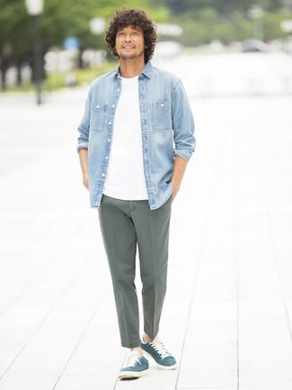 Wie kombinieren  hellblaues Jeanshemd, weißes T-Shirt mit einem  Rundhalsausschnitt, olivgrüne Chinohose 3f3f1f99b5