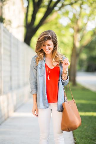 7277eadafef5 Wie kombinieren  hellblaues Jeanshemd, rotes Seide Trägershirt, weiße enge  Jeans, beige Shopper