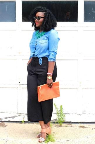 Wie kombinieren: blaues Jeanshemd, schwarzer Hosenrock, beige Leder Sandaletten, orange Leder Clutch