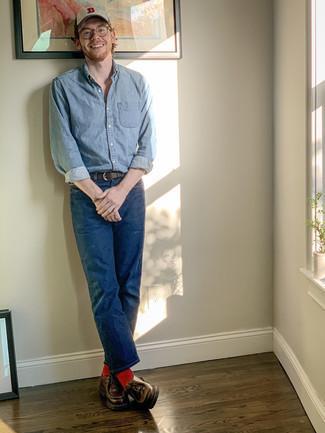 Rote Socken kombinieren – 500+ Herren Outfits: Für ein bequemes Couch-Outfit, kombinieren Sie ein hellblaues Jeanshemd mit roten Socken. Fühlen Sie sich ideenreich? Vervollständigen Sie Ihr Outfit mit dunkelbraunen Chukka-Stiefeln aus Leder.