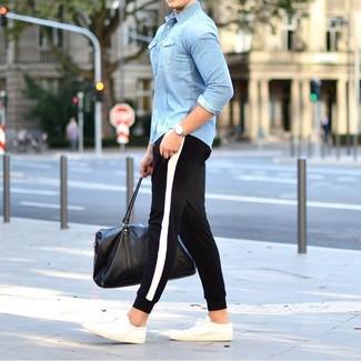 Hellblaues Jeanshemd kombinieren: trends 2020: Tragen Sie ein hellblaues Jeanshemd und eine schwarze und weiße Jogginghose für einen entspannten Wochenend-Look. Weiße niedrige Sneakers sind eine ideale Wahl, um dieses Outfit zu vervollständigen.
