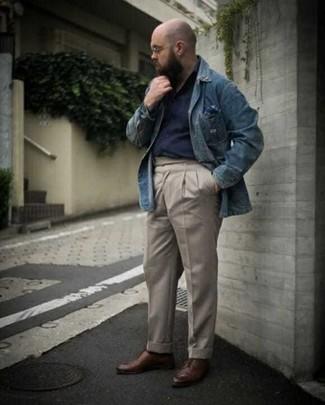 40 Jährige: Outfits Herren 2020: Vereinigen Sie ein blaues Jeanshemd mit einer hellbeige Chinohose für ein sonntägliches Mittagessen mit Freunden. Vervollständigen Sie Ihr Outfit mit braunen Leder Derby Schuhen, um Ihr Modebewusstsein zu zeigen.