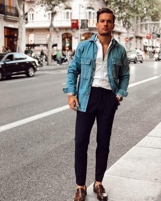 Jeanshemd kombinieren – 500+ Herren Outfits: Tragen Sie ein Jeanshemd und eine dunkelblaue Chinohose, um mühelos alles zu meistern, was auch immer der Tag bringen mag. Heben Sie dieses Ensemble mit dunkelbraunen Monks aus Leder hervor.