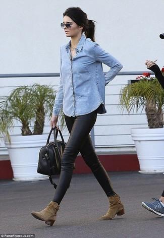 Wie kombinieren: hellblaues Jeanshemd, schwarze Lederleggings, olivgrüne Wildleder Stiefeletten, schwarze Leder Reisetasche