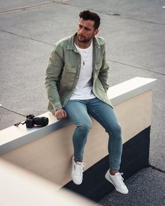 Welche Jeanshemden mit blauer enger Jeans zu tragen – 42 Herren Outfits: Für ein bequemes Couch-Outfit, tragen Sie ein Jeanshemd und blauen enge Jeans. Weiße Segeltuch niedrige Sneakers sind eine großartige Wahl, um dieses Outfit zu vervollständigen.