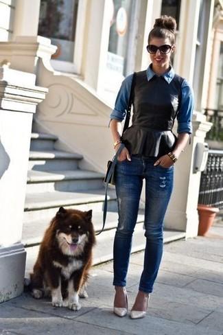 Wie kombinieren: blaues Jeanshemd, schwarzes Leder Schößchen-Top, dunkelblaue enge Jeans mit Destroyed-Effekten, hellbeige Leder Pumps