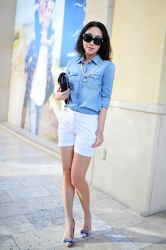 Wie kombinieren: hellblaues Jeanshemd, weiße Shorts, hellbeige Leder Pumps, schwarze Leder Clutch