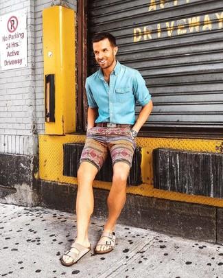 Wie kombinieren: hellblaues Jeanshemd, mehrfarbige bedruckte Shorts, hellbeige Wildledersandalen, brauner Ledergürtel