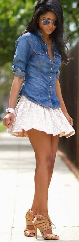 Wie kombinieren: blaues Jeanshemd, hellbeige Skaterrock mit geometrischen Mustern, beige Leder Sandaletten, schwarze Sonnenbrille