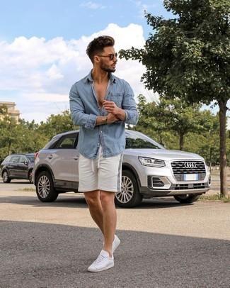 Weiße und rote Leder niedrige Sneakers kombinieren – 500+ Herren Outfits: Für ein bequemes Couch-Outfit, kombinieren Sie ein hellblaues Jeanshemd mit weißen Sportshorts. Wählen Sie weißen und roten Leder niedrige Sneakers, um Ihr Modebewusstsein zu zeigen.