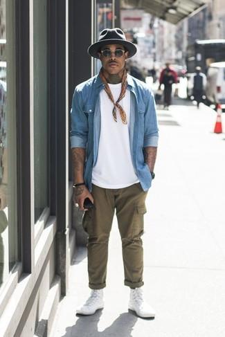 Hellblaues Jeanshemd kombinieren: trends 2020: Vereinigen Sie ein hellblaues Jeanshemd mit einer olivgrünen Cargohose für ein bequemes Outfit, das außerdem gut zusammen passt. Weiße hohe Sneakers aus Segeltuch verleihen einem klassischen Look eine neue Dimension.