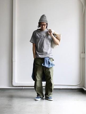 Graues bedrucktes T-Shirt mit einem Rundhalsausschnitt kombinieren: trends 2020: Ein graues bedrucktes T-Shirt mit einem Rundhalsausschnitt und eine olivgrüne Cargohose sind eine gute Outfit-Formel für Ihre Sammlung. Fühlen Sie sich ideenreich? Wählen Sie dunkelblauen Segeltuch niedrige Sneakers.