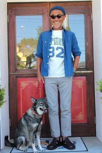 Wie kombinieren: blaues Jeanshemd, weißes und blaues bedrucktes T-Shirt mit einem Rundhalsausschnitt, graue Chinohose, schwarze Ledersandalen