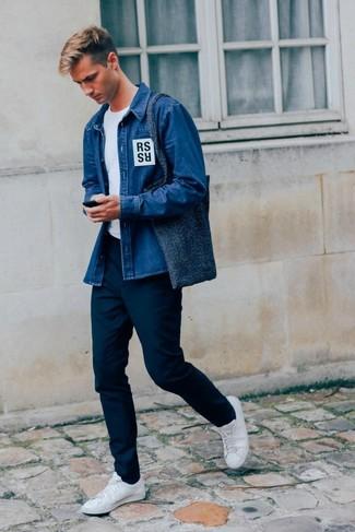 20 Jährige: Dunkelblaue Shopper Tasche aus Segeltuch kombinieren: Halten Sie Ihr Outfit locker mit einem blauen Jeanshemd und einer dunkelblauen Shopper Tasche aus Segeltuch. Machen Sie Ihr Outfit mit weißen Leder niedrigen Sneakers eleganter.
