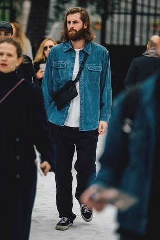 Blaues Jeanshemd kombinieren: Vereinigen Sie ein blaues Jeanshemd mit einer dunkelblauen Wollchinohose, um mühelos alles zu meistern, was auch immer der Tag bringen mag. Vervollständigen Sie Ihr Look mit schwarzen Segeltuch niedrigen Sneakers.