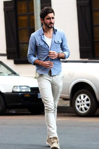 Wie kombinieren  hellblaues Jeanshemd, weißes T-Shirt mit einem  Rundhalsausschnitt, hellbeige Chinohose 467efbae96