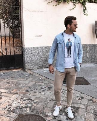 Weiße und grüne Leder niedrige Sneakers kombinieren – 43 Sommer Herren Outfits: Kombinieren Sie ein hellblaues Jeanshemd mit einer beige Chinohose, um mühelos alles zu meistern, was auch immer der Tag bringen mag. Weiße und grüne Leder niedrige Sneakers sind eine perfekte Wahl, um dieses Outfit zu vervollständigen. Ein insgesamt sehr schönes Sommer-Outfit.