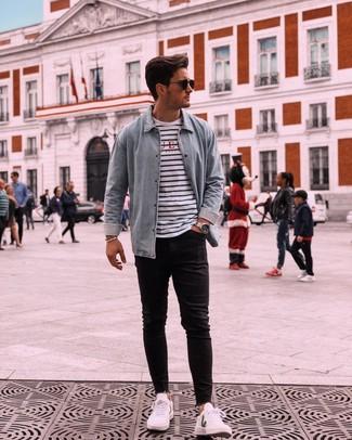 Wie kombinieren: hellblaues Jeanshemd, weißes und dunkelblaues horizontal gestreiftes T-Shirt mit einem Rundhalsausschnitt, schwarze enge Jeans, weiße niedrige Sneakers