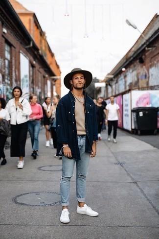 Hellblaue enge Jeans mit Destroyed-Effekten kombinieren – 286 Herren Outfits: Kombinieren Sie ein dunkelblaues Jeanshemd mit hellblauen engen Jeans mit Destroyed-Effekten für einen entspannten Wochenend-Look. Fühlen Sie sich ideenreich? Vervollständigen Sie Ihr Outfit mit weißen Segeltuch niedrigen Sneakers.