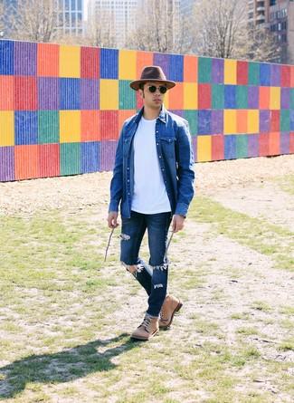 Wie kombinieren: blaues Jeanshemd, weißes T-Shirt mit einem Rundhalsausschnitt, dunkelblaue Jeans mit Destroyed-Effekten, beige Lederfreizeitstiefel