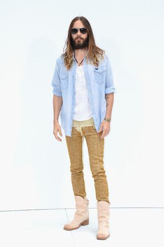 Hellblaues Jeanshemd kombinieren: trends 2020: Erwägen Sie das Tragen von einem hellblauen Jeanshemd und goldenen Jeans für ein großartiges Wochenend-Outfit. Fühlen Sie sich ideenreich? Wählen Sie rosa Cowboystiefel aus Wildleder.