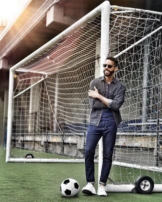 Dunkelgrüne Sonnenbrille kombinieren: trends 2020: Entscheiden Sie sich für Komfort in einem dunkelgrauen Jeanshemd und einer dunkelgrünen Sonnenbrille. Fühlen Sie sich mutig? Ergänzen Sie Ihr Outfit mit weißen Segeltuch niedrigen Sneakers.