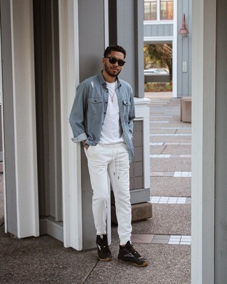 Lässige Outfits Herren 2021: Kombinieren Sie ein hellblaues Jeanshemd mit einer weißen Jogginghose für einen entspannten Wochenend-Look. Wenn Sie nicht durch und durch formal auftreten möchten, ergänzen Sie Ihr Outfit mit schwarzen und weißen Sportschuhen.