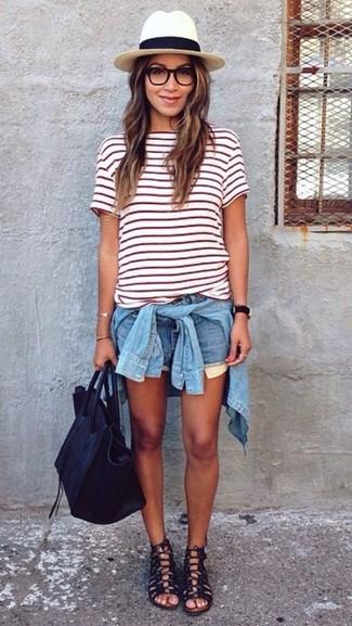 Entscheiden Sie sich für ein hellblaues jeanshemd und hellblauen jeansshorts für ein Alltagsoutfit, das Charakter und Persönlichkeit ausstrahlt. Bringen Sie die Dinge durcheinander, indem Sie schwarzen römersandalen aus leder mit diesem Outfit tragen.