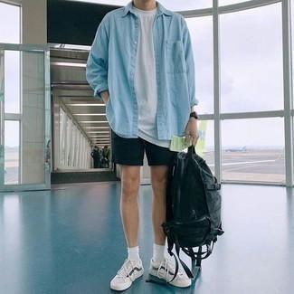 Hellblaues Jeanshemd kombinieren: trends 2020: Kombinieren Sie ein hellblaues Jeanshemd mit schwarzen Shorts für ein sonntägliches Mittagessen mit Freunden. Vervollständigen Sie Ihr Look mit weißen und dunkelblauen niedrigen Sneakers.