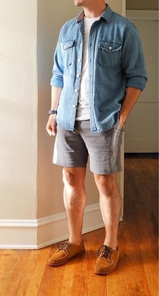 Dunkelgraue Lederuhr kombinieren – 480 Herren Outfits: Kombinieren Sie ein hellblaues Jeanshemd mit einer dunkelgrauen Lederuhr für einen entspannten Wochenend-Look. Entscheiden Sie sich für rotbraunen Wildleder Bootsschuhe, um Ihr Modebewusstsein zu zeigen.