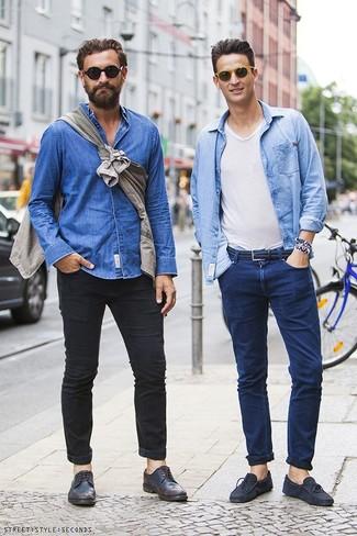 Wie kombinieren: hellblaues Jeanshemd, weißes T-Shirt mit einem V-Ausschnitt, dunkelblaue Jeans, dunkelblaue Wildleder Mokassins