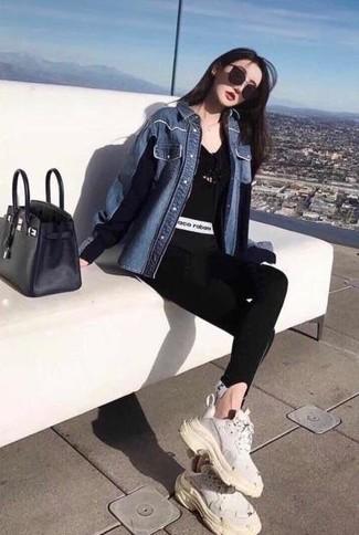 Wie kombinieren: blaues Jeanshemd, schwarzes T-Shirt mit einem V-Ausschnitt, schwarze Leggings, weiße Sportschuhe