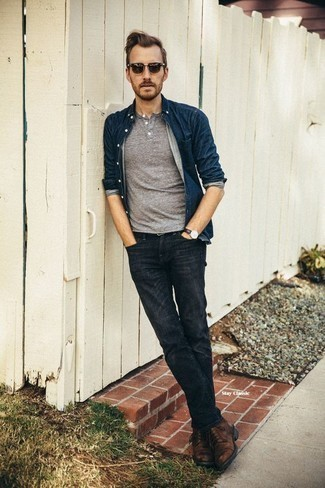 Graues T-shirt mit einer Knopfleiste kombinieren – 49 Herren Outfits: Entscheiden Sie sich für ein graues T-shirt mit einer Knopfleiste und dunkelgrauen Jeans für ein Alltagsoutfit, das Charakter und Persönlichkeit ausstrahlt. Schalten Sie Ihren Kleidungsbestienmodus an und machen eine braune Lederfreizeitstiefel zu Ihrer Schuhwerkwahl.