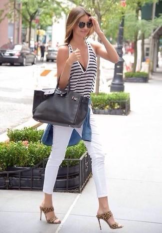 Miranda Kerr trägt Blaues Jeanshemd, Weißes und dunkelblaues horizontal gestreiftes Trägershirt, Weiße Enge Jeans, Beige Wildleder Pantoletten mit Leopardenmuster