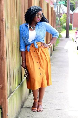 Wie kombinieren: hellblaues Jeanshemd, weißes Trägershirt, orange Falten Midirock, beige Leder Sandaletten