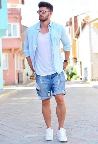 Wie kombinieren: hellblaues Jeanshemd, weißes Trägershirt, blaue Jeansshorts mit Destroyed-Effekten, weiße Leder niedrige Sneakers