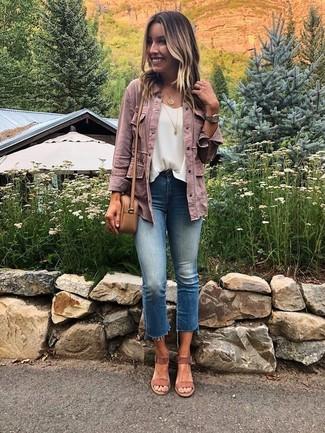 Wie kombinieren: rosa Jeansjacke, weißes ärmelloses Oberteil aus Chiffon, blaue Jeans, braune Wildleder Sandaletten