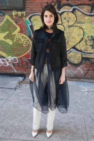 Weiße Jeans kombinieren: trends 2020: Diese Kombination aus einer schwarzen Jeansjacke und weißen Jeans sieht so entspannt und modern aus. Weiße Leder Pumps sind eine ideale Wahl, um dieses Outfit zu vervollständigen.