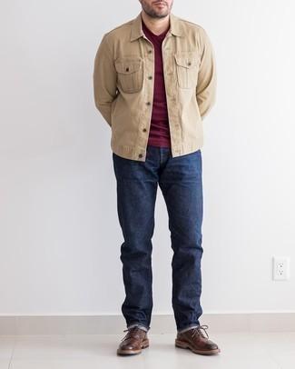 Dunkelblaue Jeans kombinieren – 500+ Herren Outfits: Kombinieren Sie eine beige Jeansjacke mit dunkelblauen Jeans für ein sonntägliches Mittagessen mit Freunden. Fühlen Sie sich ideenreich? Entscheiden Sie sich für dunkelbraunen Leder Brogues.